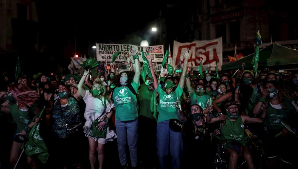 Manifestantes acampan fuera del Congreso en Buenos Aires (Argentina) sobre la legalización del aborto
