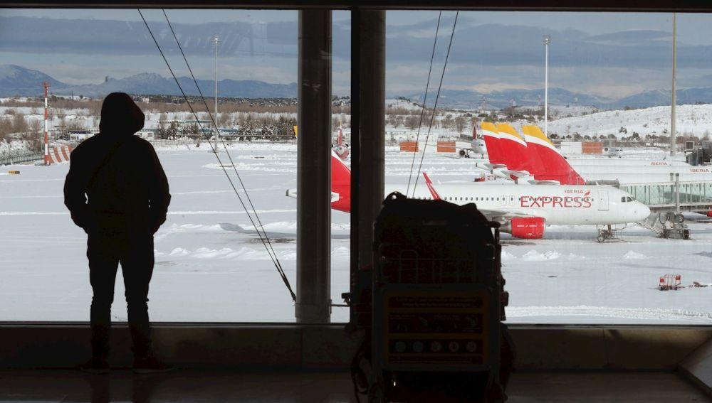 Aviones en Barajas con nieve