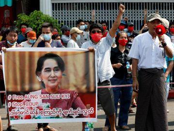 Decenas de miles de personas se manifiestan en Myanmar contra el golpe de Estado