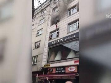 Una madre lanza a sus 4 hijos por la ventana para salvarles la vida de un incendio en Estambul
