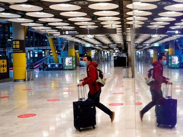 Un pasajero en el aeropuerto de Barajas de Madrid