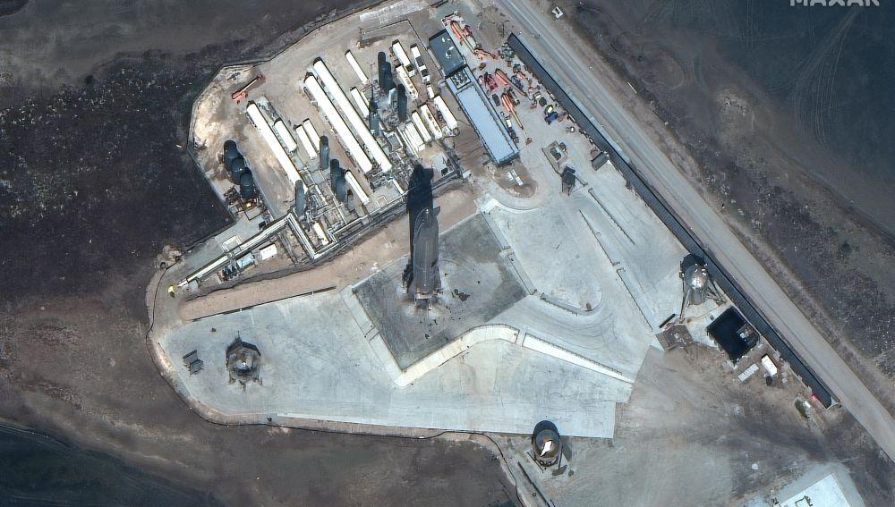 Imagen facilitada por MAXAR Technologies en la que se registró el cohete SpaceX Starship SN10, antes de su lanzamiento