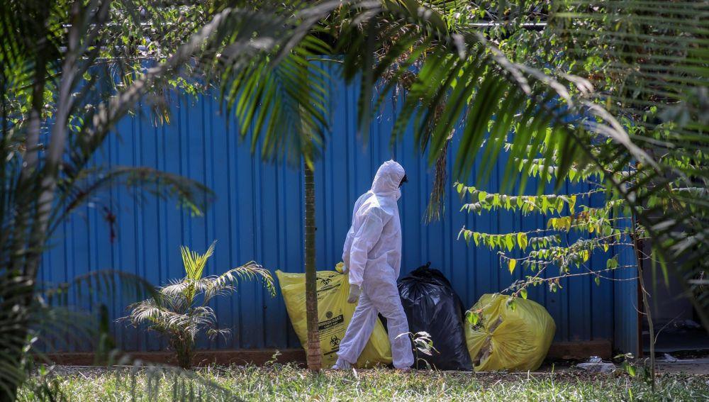 Un trabajador de salud transporta desechos médicos en Mumbai, India