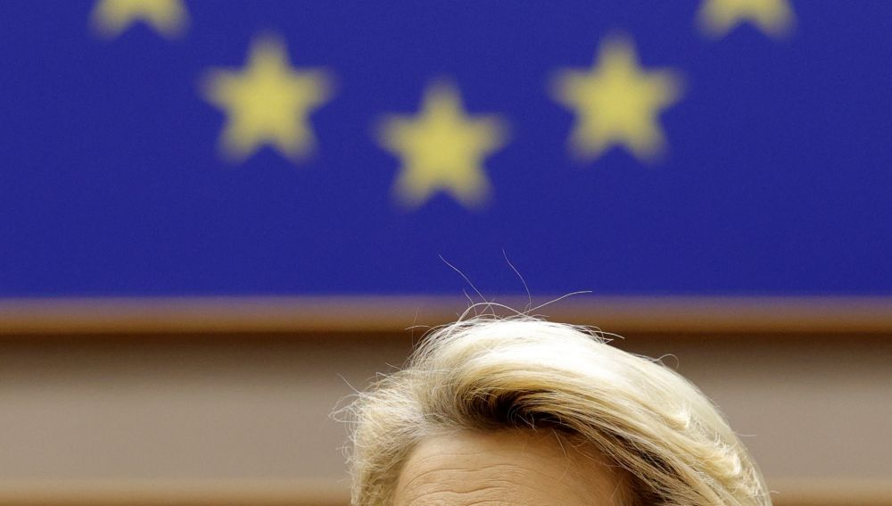 La presidenta de la Unión Europea, Ursula von der Leyen, bajo una bandera de la Unión.