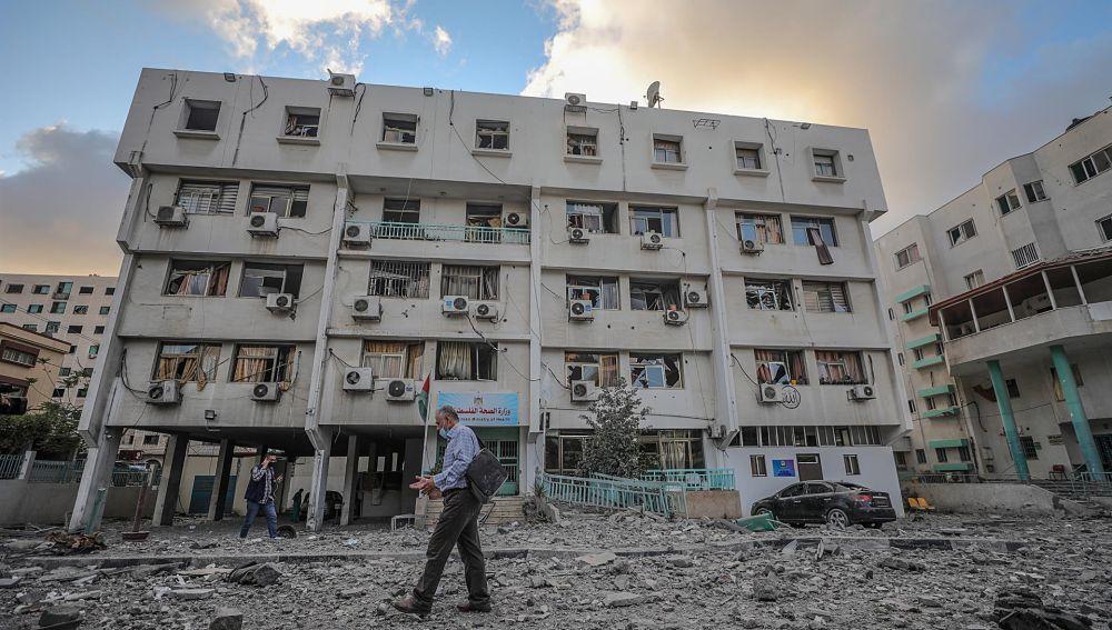 Un hombre palestino camina entre los escombros de un edificio del Ministerio de Sanidad destruido por un bombardeo israelí en Gaza