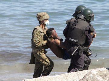 El ejército rescata a un inmigrante en Ceuta