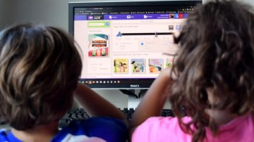 Niños mirando un pantalla.
