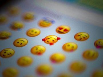 El corazón rojo y la cara llorando de risa son los emojis más utilizados