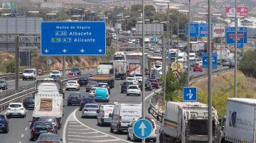 Retenciones de tráfico en la autovia A-7 a su paso por Murcia.