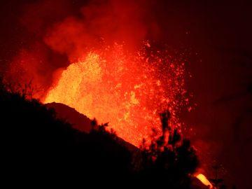 Una nueva colada surge del volcán en La Palma y amenaza nuevas localidades