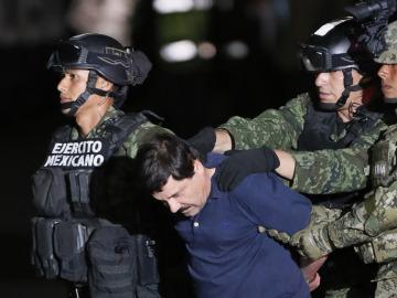 El Chapo Guzmán junto a dos militares