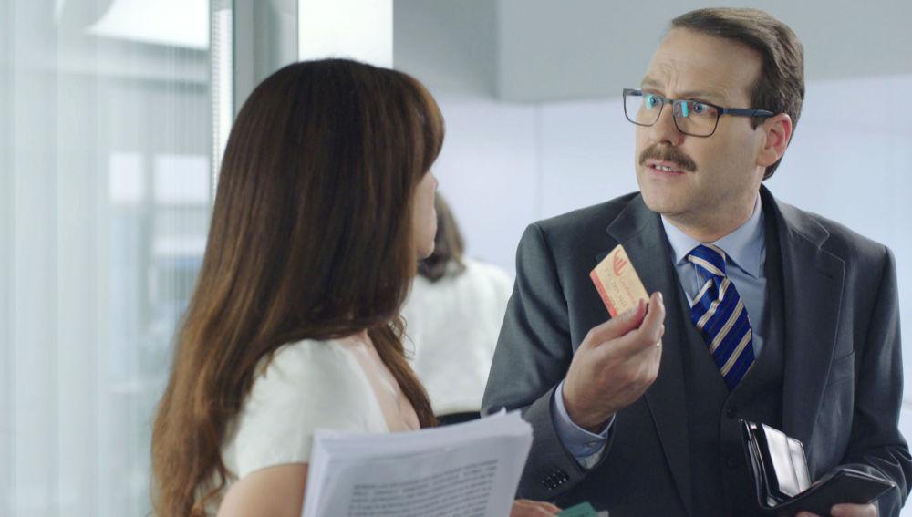 El ministro Ocaña, con una de las tarjetas 'gold'