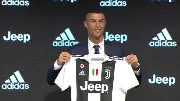 Cristiano Ronaldo posa con la camiseta de la Juventus en su presentación