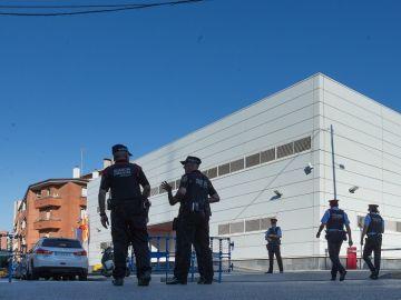 Efectivos policiales ante la fachada de la comisaría de Cornellà de Llobregat (Barcelona)