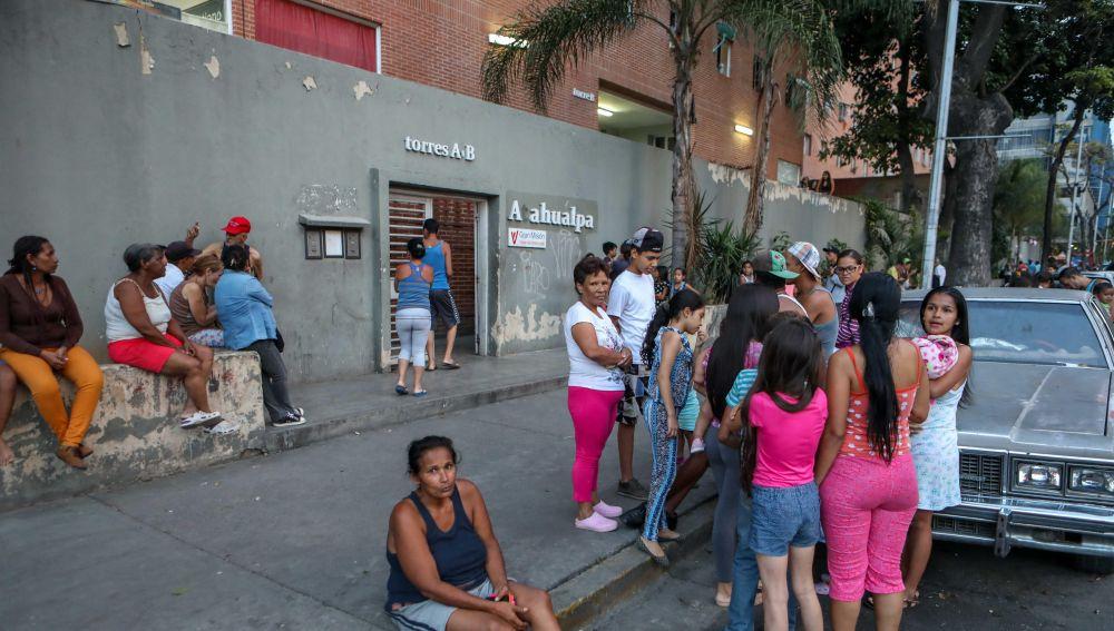 Un grupo de personas permanece en la calle después del terremoto