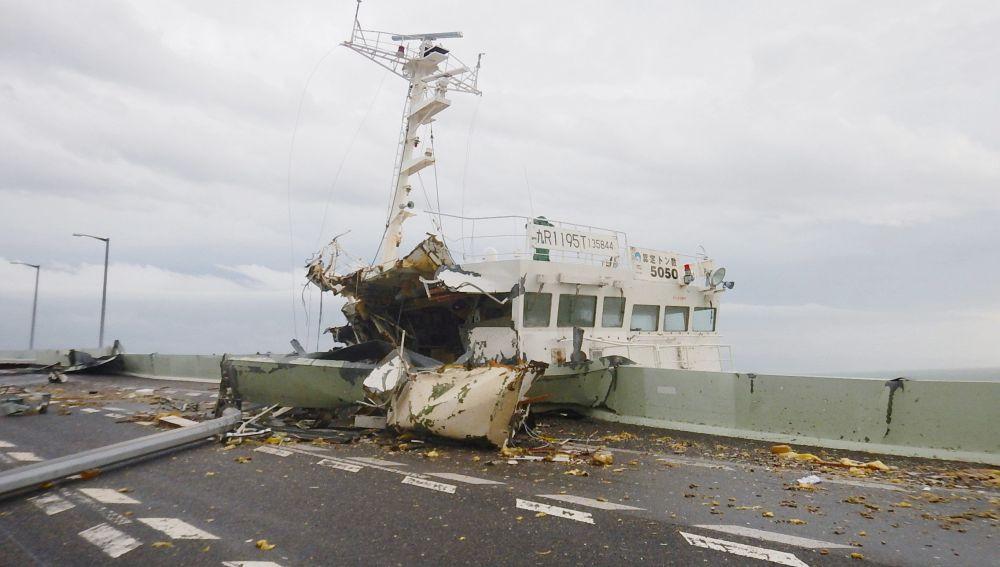 un barco colisionado con un puente cercano al aeropuerto Kansai como consecuencia de las fuertes rachas de viento por el tifón Jebi, en Osaka, Japón