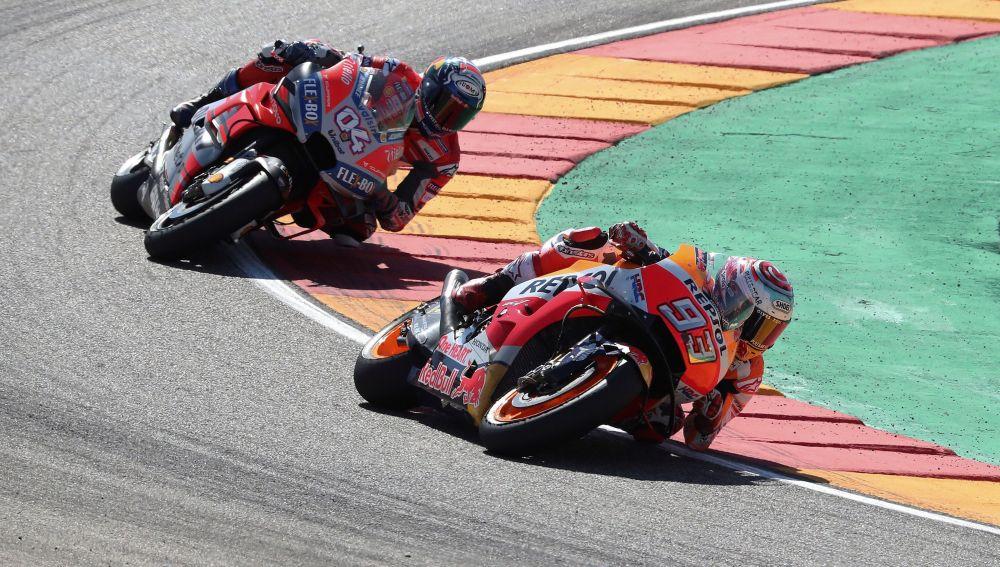Marc Márquez negocia una curva por delante de Dovizioso