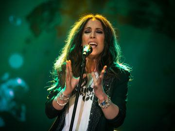Malú protagoniza el momento más emotivo de la noche en 'El Hormiguero 3.0' cantando en directo 'Todos los secretos'