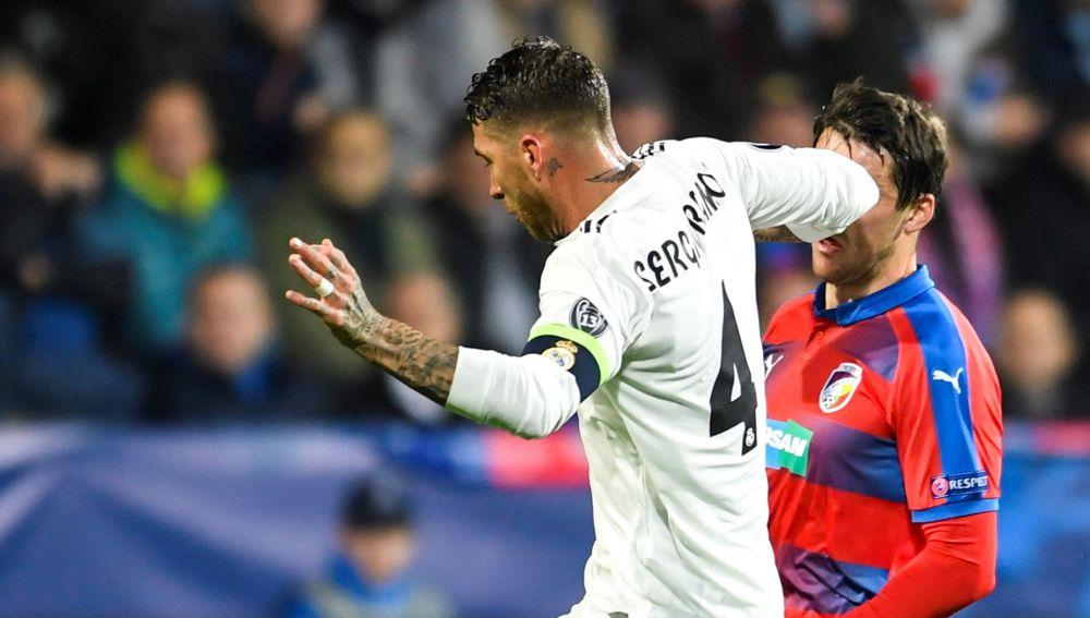 Sergio Ramos da un codazo al jugador del Viktoria Plzen Milan Havel