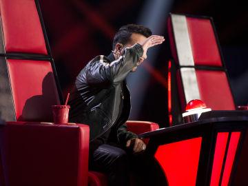 Luis fonsi pulsando el pulsador de su sillón de la voz