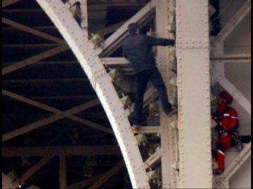 La Torre Eiffel cerrada y desalojada de forma temporal