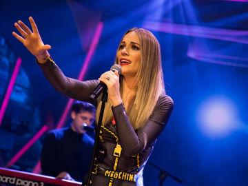 Edurne interpreta la versión acústica su nuevo single 'Demasiado tarde' en 'El Hormiguero 3.0'