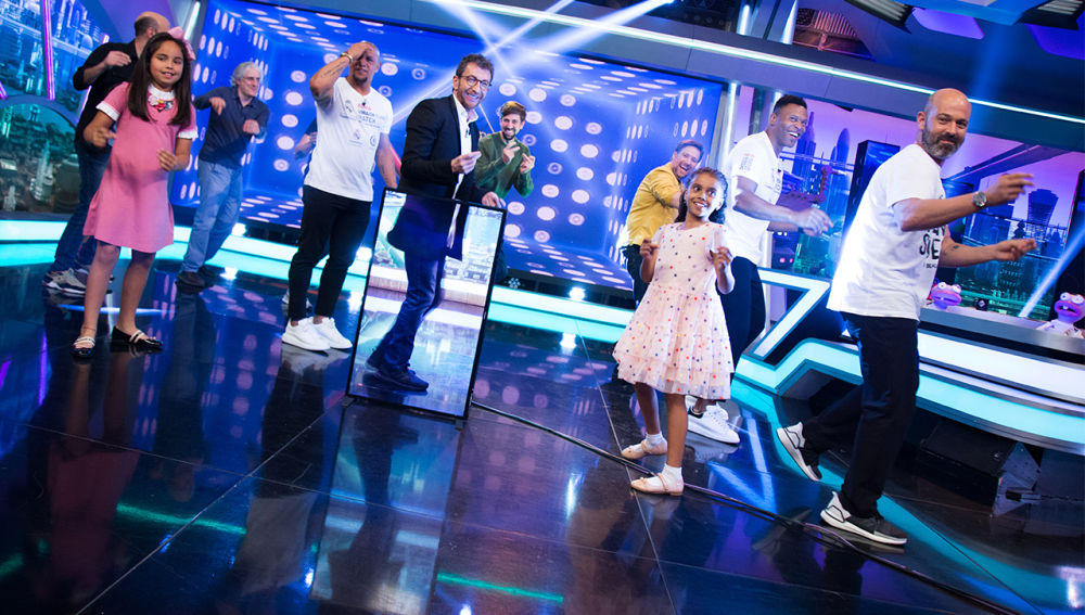 Roberto Carlos y Julio Baptista bailan la canción de inicio