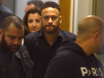 Neymar sale de su declaración en muletas