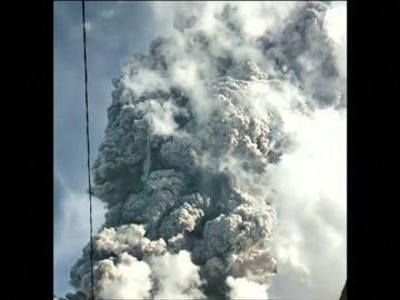 La impresionante erupción de un volcán en Indonesia