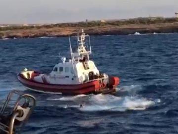 Un inmigrante del Open Arms salta al mar y los Guarda Costas italianos intervienen
