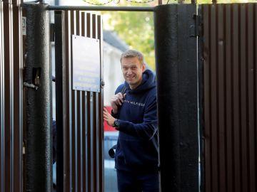 El líder opositor ruso Alexéi Navalni abandonando la cárcel en 2019