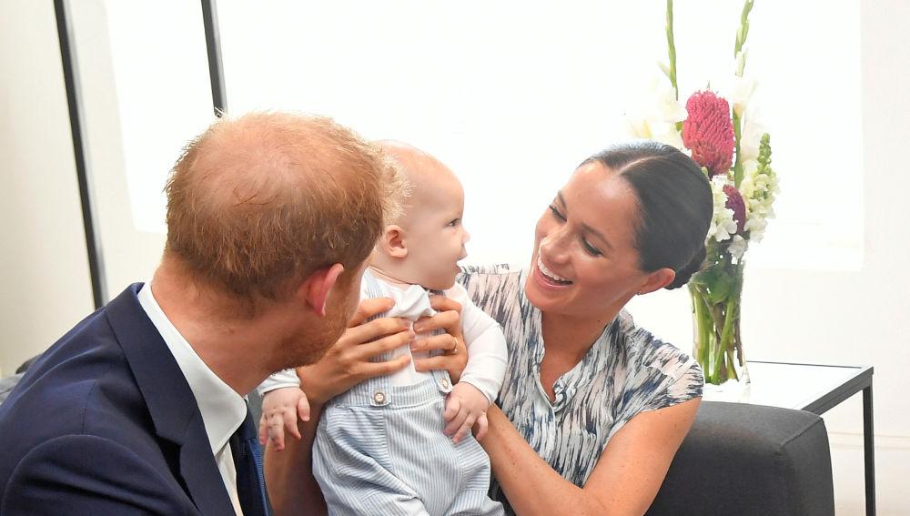 El príncipe Harry y Meghan Markle junto a su hijo Archie