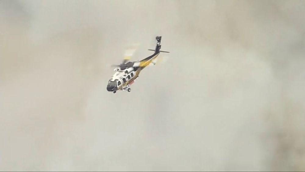 Cientos de bomberos trabajan para extinguir un incendio en Los Ángeles