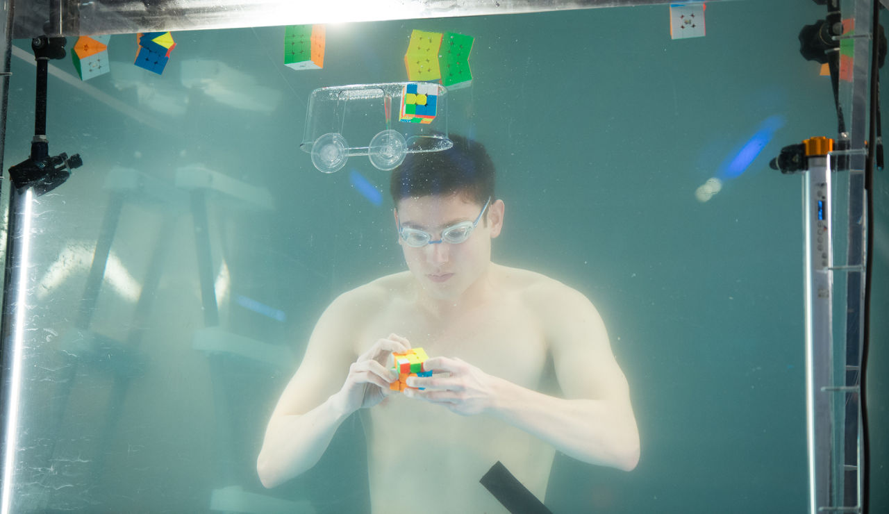 Kevin Hays resuelve 10 cubos de Rubik en apnea superando su récord mundial en 'El Hormiguero 3.0'