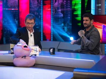 Petancas sorprende a Melendi con su versión 'foodie' de 'Déjala que baile' en 'El Hormiguero 3.0'
