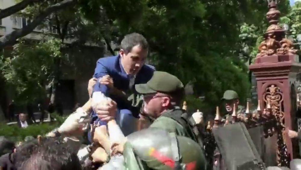 Grupos armados impiden a tiros la entrada en el Parlamento de los diputados de Guaidó