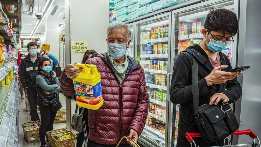 Cola en un supermercado de Macao en plena epidemia del coronavirus