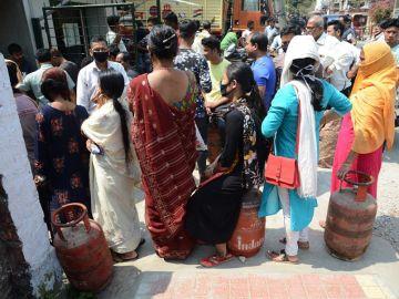 Ciudadanos en India con mascarillas