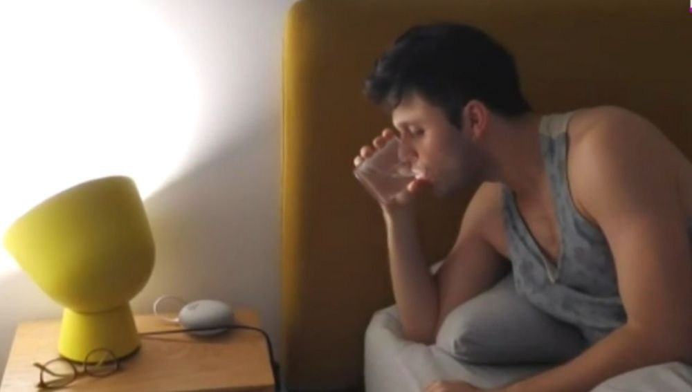 Imagen de un joven tomando medicamentos para dormir