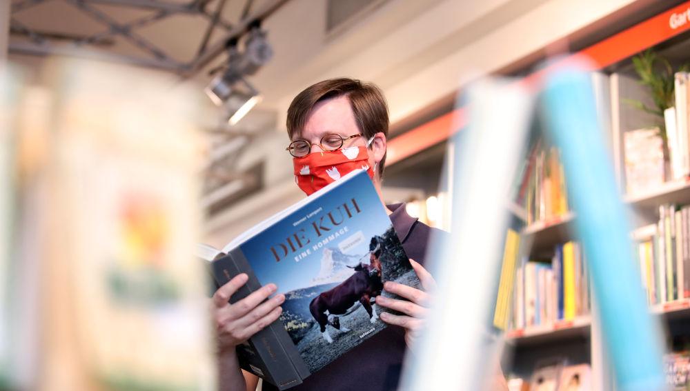 Un ciudadano lee un libro en una biblioteca de Alemania