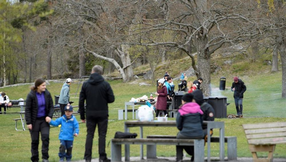 Un grupo de gente disfruta de un pícnic en Suecia pese al coronavirus