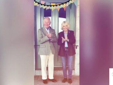 El aplauso de Carlos de Inglaterra y Camila a los sanirarios, carne de 'memes'