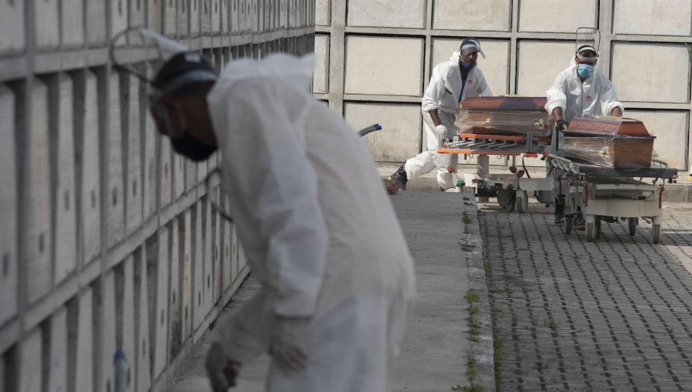 Colapsos en el cementerio de Sao Paulo tras el aumento de muertes por coronavirus en Brasil