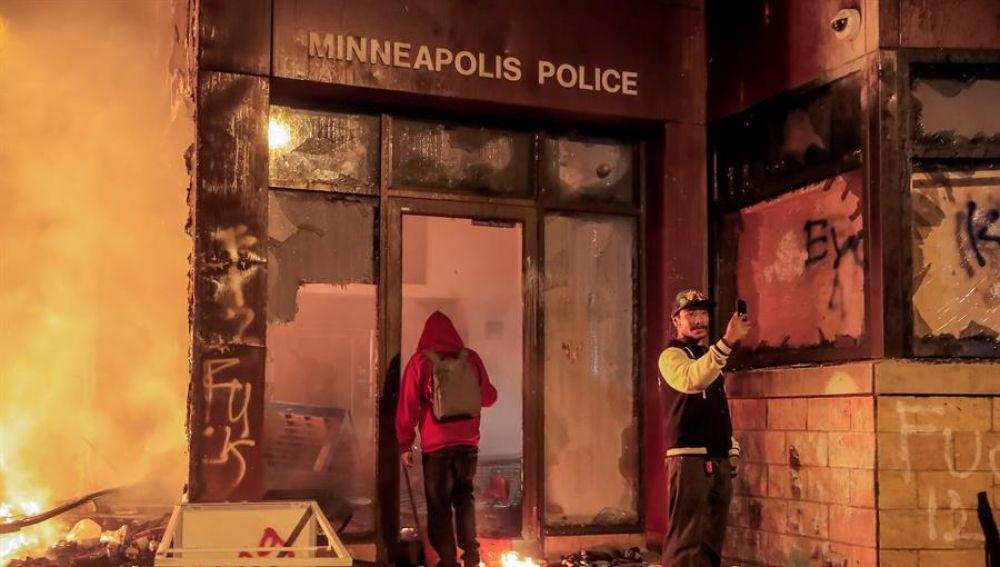 La comisaría de Minneapolis incendiada en las protestas por la muerte de George Floyd a manos de la Policía