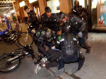 La Policía arresta a los manifestantes tras el toque de queda en Nueva York