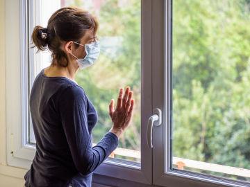 Imagen de una mujer en su casa durante el confinamiento