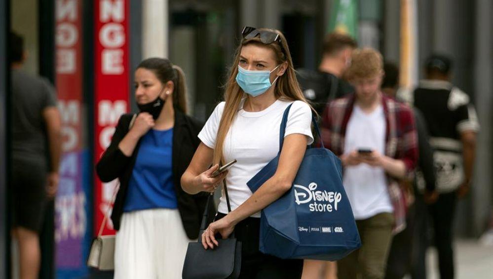 Una mujer pasea por las calles de Londres