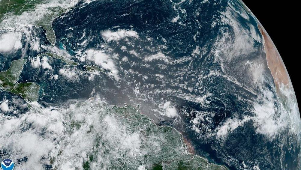 Hanna se encontraba esta madrugada a unas 55 millas (85 kilómetros) al oeste de McAllen (Texas, EE.UU.) y a unas 110 millas (175 kilómetros) al este noreste de Monterrey (México), detalla el último boletín del NHC. EFE/NHC