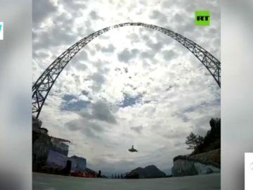 China inaugura el columpio más grande del mundo con cerca de 100 metros de altura