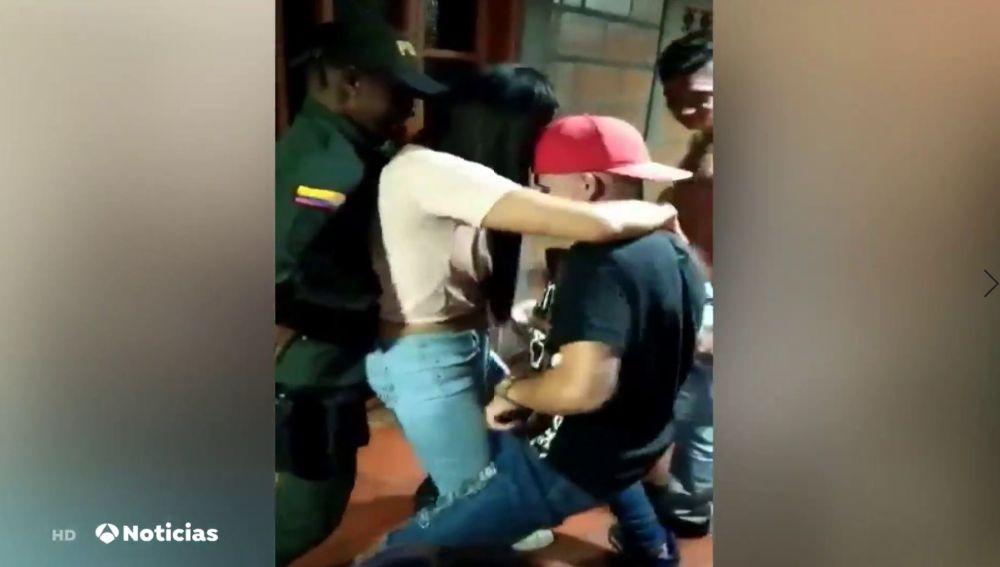 Dos policías acuden a clausurar una fiesta ilegal en Colombia y terminan quedándose en ella
